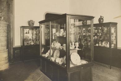 Expozícia keramiky na 1. poschodí Apponyiho paláca