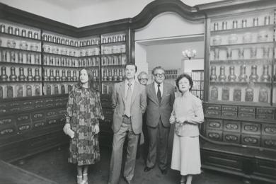 Mária Antolíková (vpravo) sprevádza hostí v expozícii farmácie v roku 1980
