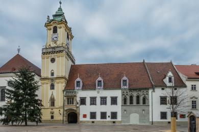 Pohľad na Múzeum dejín mesta Starú radnicu z Hlavného námestia