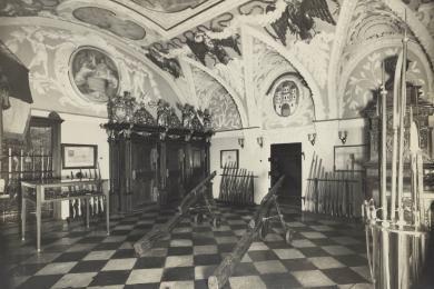 Súdna sieň v Starej radnici s kolekciou militárii - zbrojnica