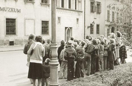Žiaci bratislavských škôl pred Starou radnicou v roku 1981