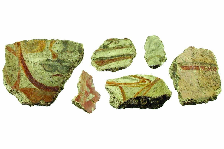 Fragmenty maľovanej omietky z veľkomoravského kostola, 9. storočie