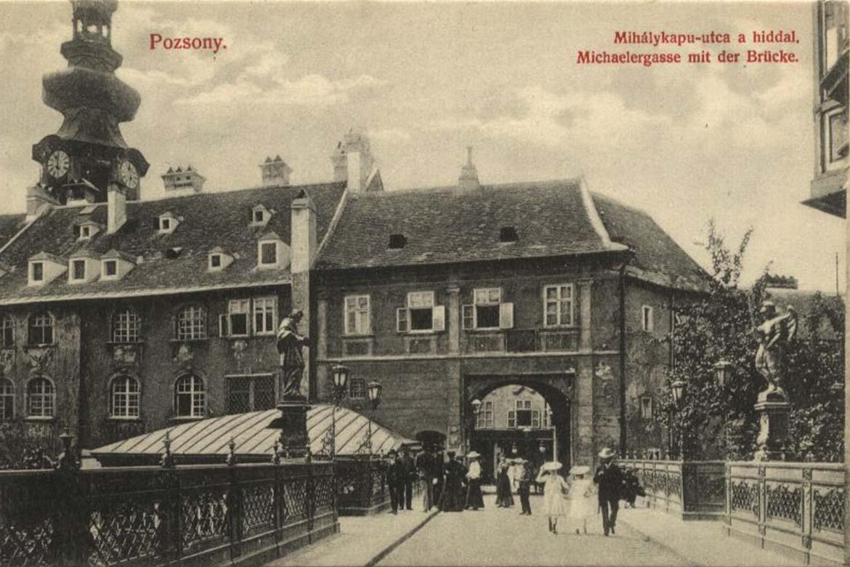 Ľudia na Michalskom moste v roku 1905