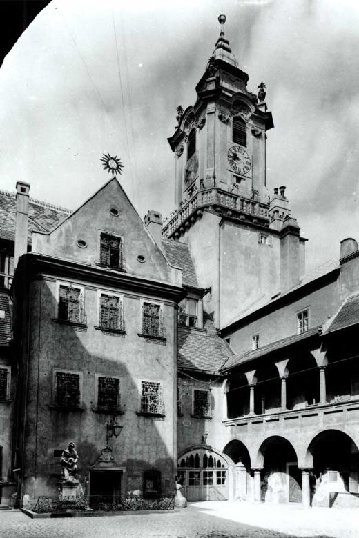 Nádvorie Starej radnice v roku 1947