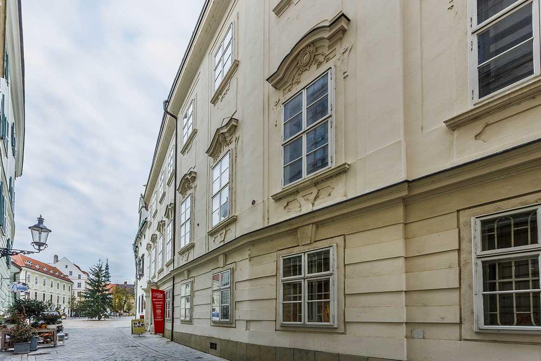 Pohľad na Apponyiho palác z Radničnej ulice