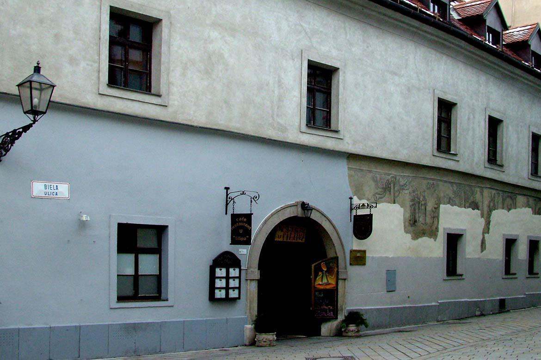 Priečelie budovy Múzeua Arthura Fleischmanna, Biela ulica