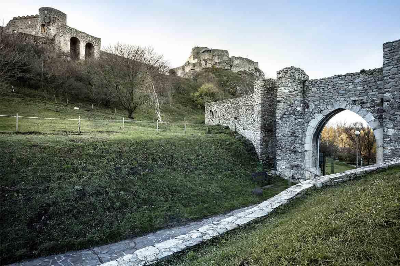 Vstupná brána do areálu hradu Devín