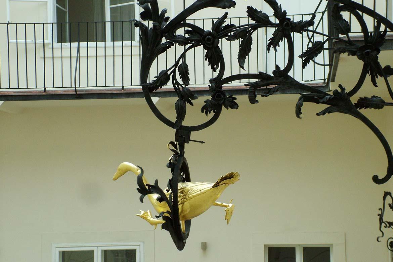 Vývesný štít Zlatá hus na nádvorí Apponyiho paláca